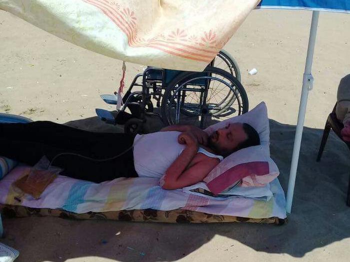 صورة فلسطيني سوري يلتحف السماء وينام على الشاطئ..والسبب!