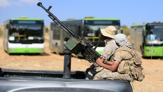 صورة مقاتلو المعارضة ولاجئون يغادرون عرسال