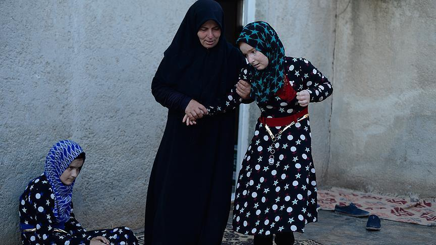 صورة وناشدت الرئيس التركي لمساعدتها..أم تحمل ابنتها على ظهرها هربا من pkk