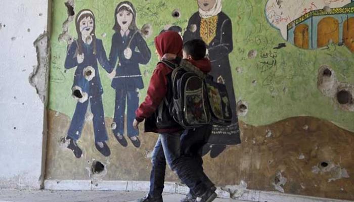 """صورة بحثاً عن """"كتب مشبوهة"""".. """"داعش"""" يفتش تلاميذ مخيم اليرموك"""