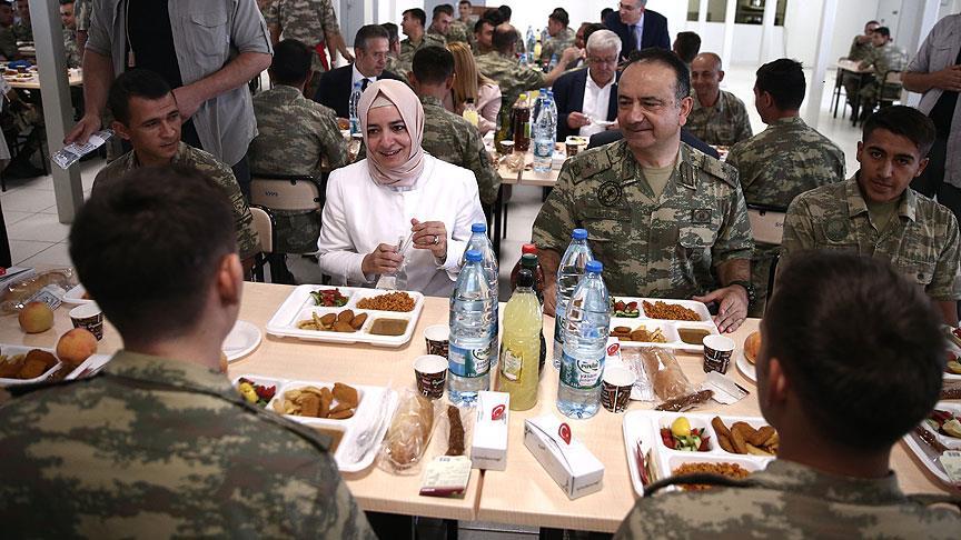 صورة وزيرة تركية تزور جنود بلادها على الحدود مع سوريا