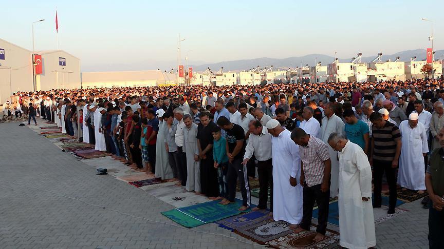 صورة سوريون وعراقيون يصلون العيد بتركيا وقلوبهم في بلادهم