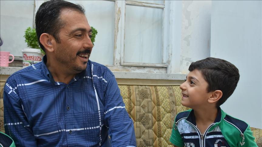 صورة سوري يتعلم الكلام على يد أطفاله بعد 34 عاماً من فقده السمع
