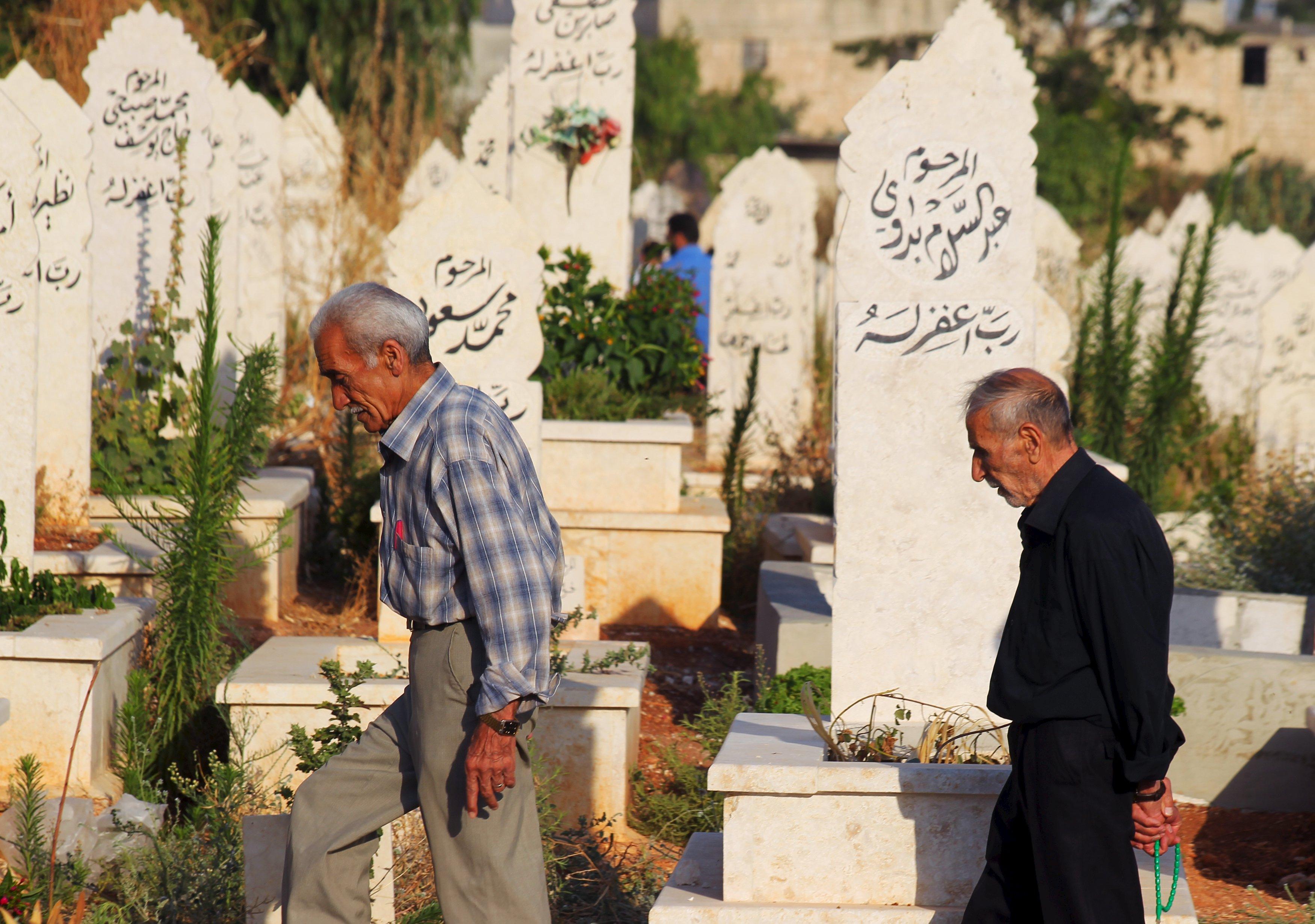 صورة الأسد يرفع رسوم الدفن في مقابر دمشق