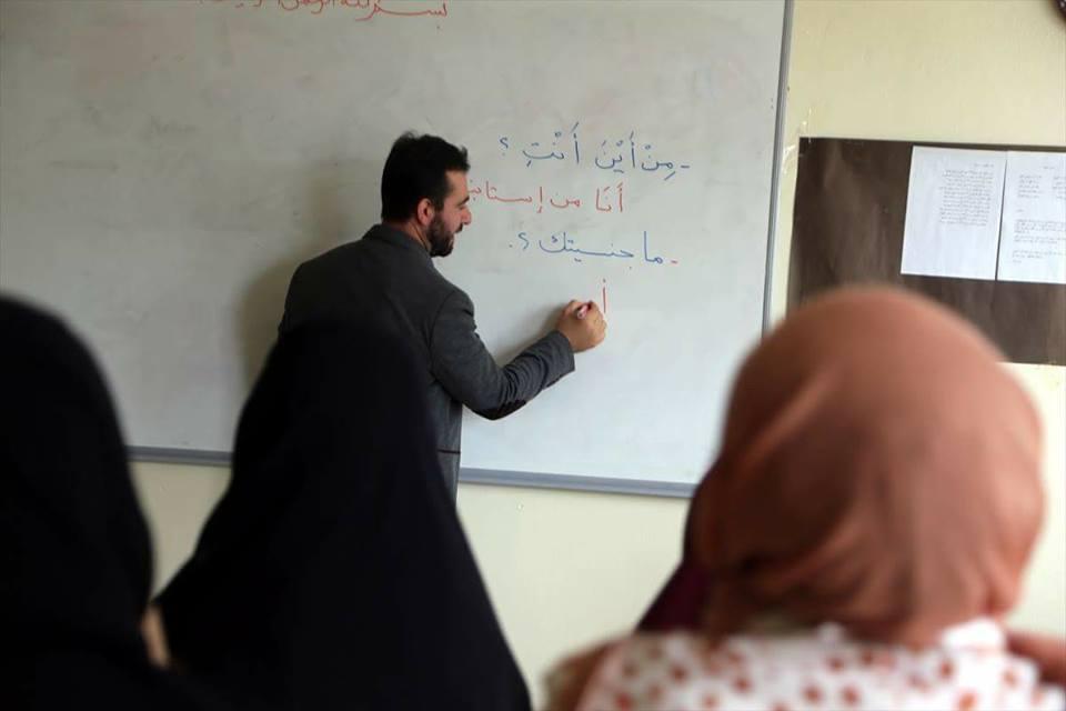 صورة لاجئان سوريان يُدرِّسان العربية في جامعة تركية
