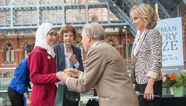 صورة طفلة سورية لاجئة تحوز جائزة بريطانية للشعر بقصيدة رثاء