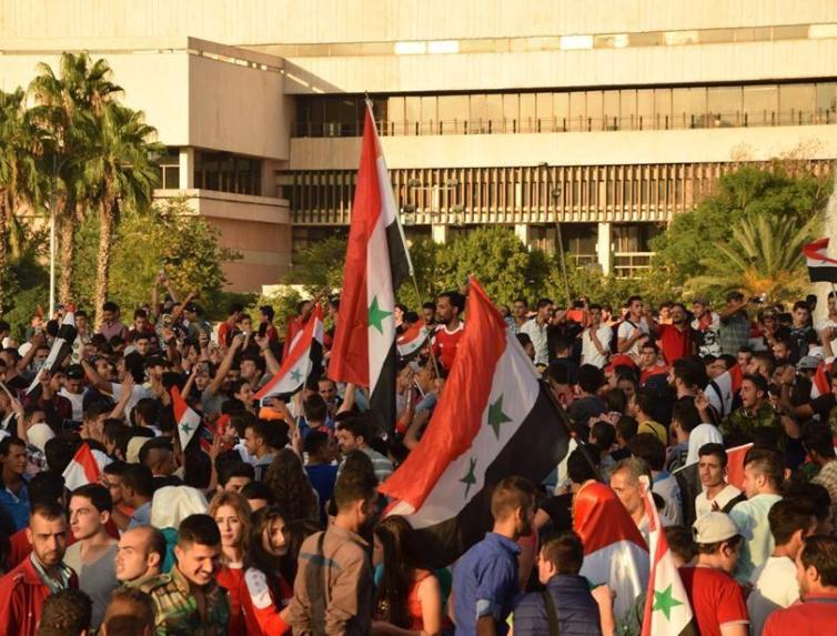 """صورة بالصور..موالون للأسد يصفون المنتخب بـ""""الزفت"""" وآخرون يتمنون هزيمته إياباً"""