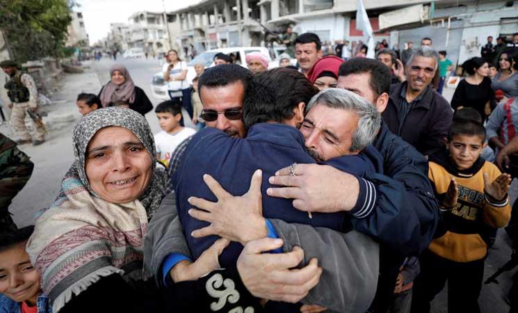صورة استقبال حافل لرهائن سوريين فروا من قبضة تنظيم الدولة