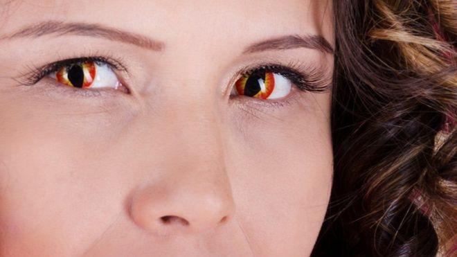 """صورة العدسات اللاصقة التنكرية """"قد تسبب فقدان البصر"""""""