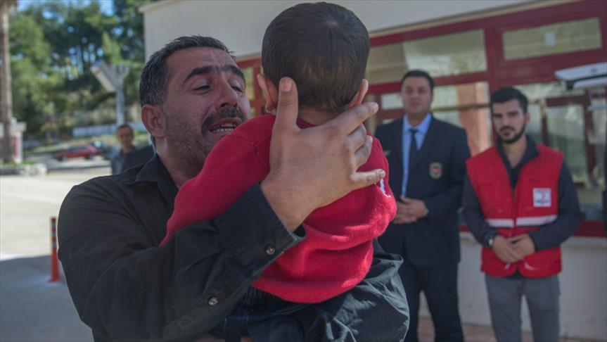صورة الهلال الأحمر التركي يجمع طفلا بعائلته بعد أن فرقهم كيماوي الأسد