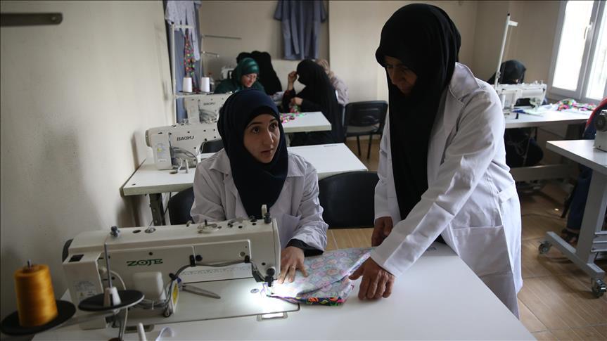 صورة تركيا..لاجئة سورية تقدم دروسا في الحياكة لمواطناتها