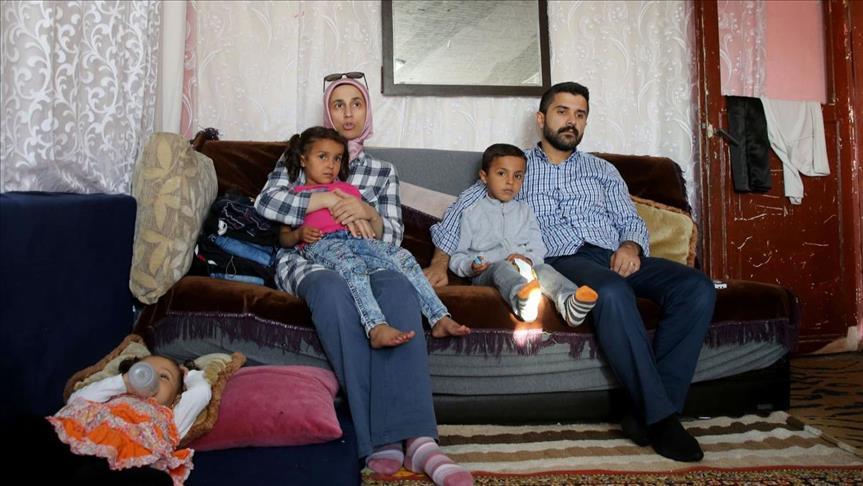 """صورة عبر """"واتس اب""""..متطوعون أتراك يساعدون 15 ألف عائلة سوريا في إسطنبول"""