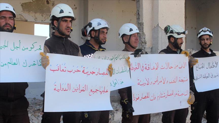 صورة الخوذ البيضاء يحتجون على حصار الغوطة