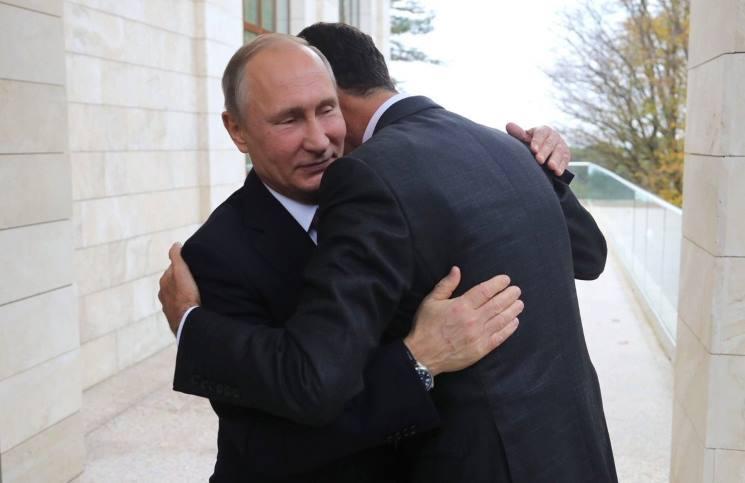 صورة سوريون يسخرون من ارتماء الأسد بأحضان بوتين