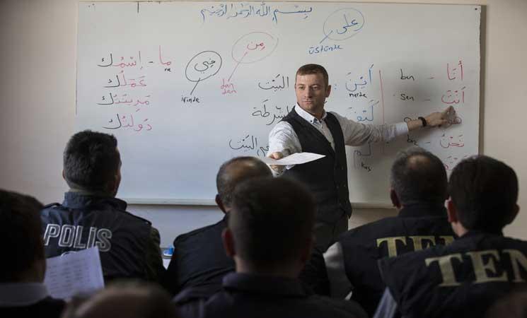 صورة شرطة أنقرة تتعلم العربية لتسهيل التواصل مع اللاجئين