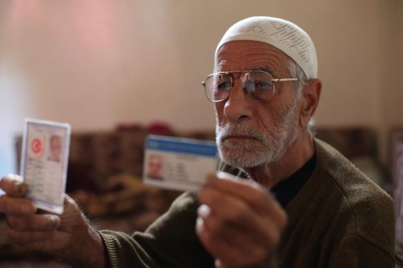 صورة مسن تركي يعيش حصار الغوطة مع أهلها
