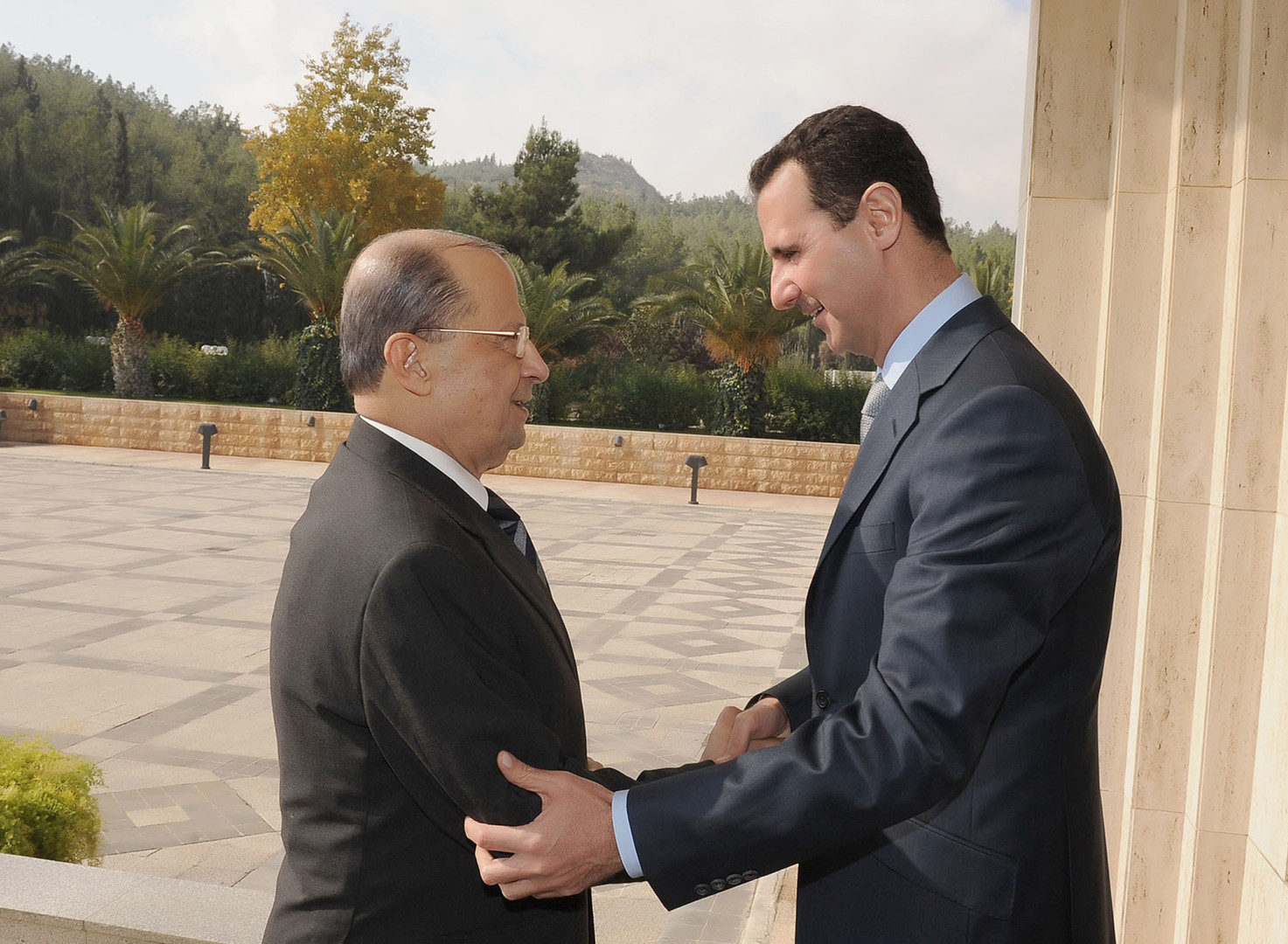 صورة ميشيل عون: الأسد باق في السلطة