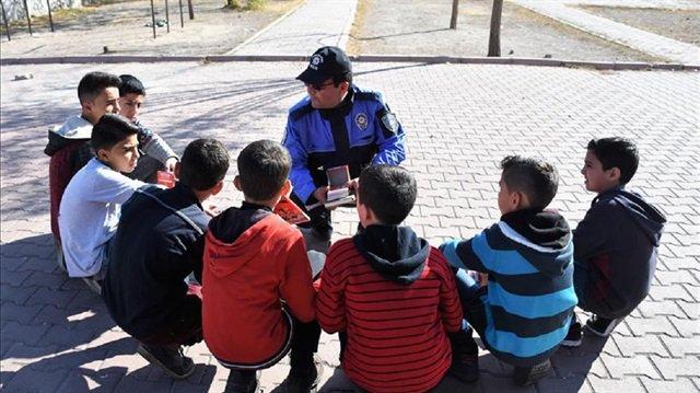 صورة شرطي تركي يحظى بمحبة اللاجئين السوريين