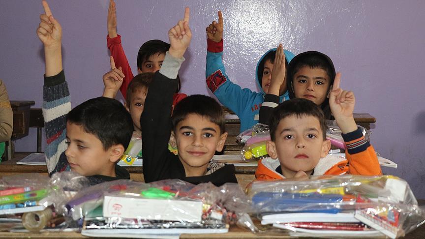 صورة مساعدات مدرسية تركية للطلاب السوريين في إدلب