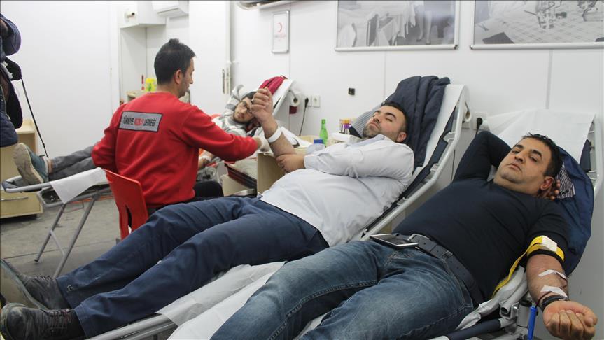 صورة سوريون يتبرعون بالدم للهلال الأحمر التركي