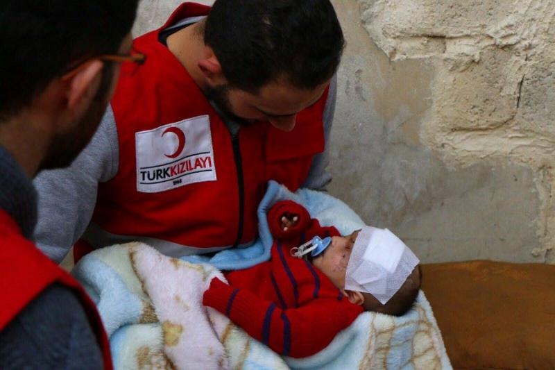 """صورة الهلال الأحمر التركي يلتقي """"كريم"""" بغوطة دمشق"""