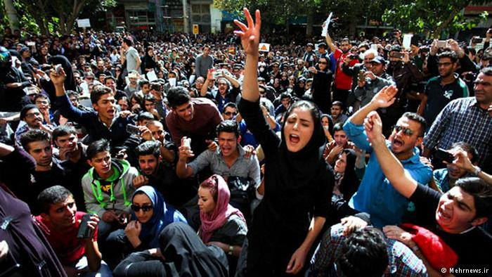 """صورة متظاهرون: """"الموت للمرشد"""" وانقسام الشعب إلى مؤيد ومعارض"""