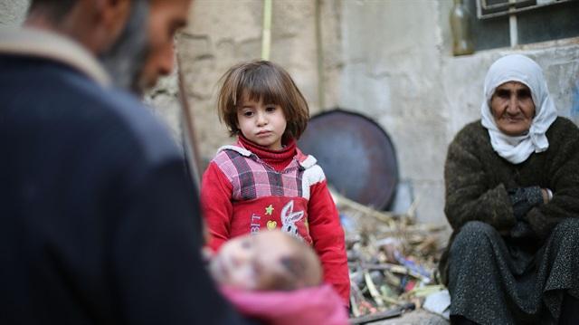 صورة كريم..حديث الولادة أفقده الأسد أمه وعينه