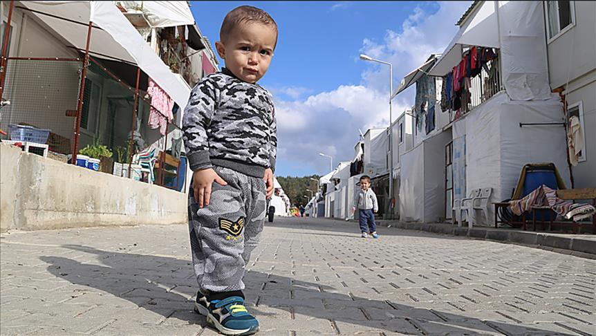صورة أطفال سوريون..وطنهم مخيم