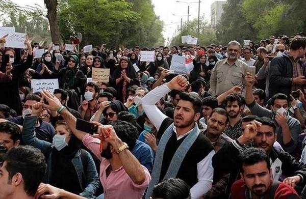 صورة إيران تعتقل مئات المتظاهرين وتفرض قيودا على الإنترنت