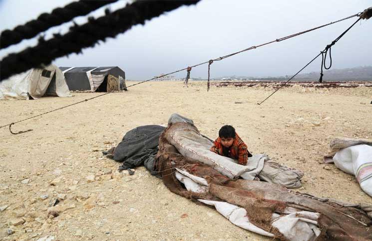 صورة الإغاثة التركية تقيم مخيما مؤقتا للنازحين في إدلب