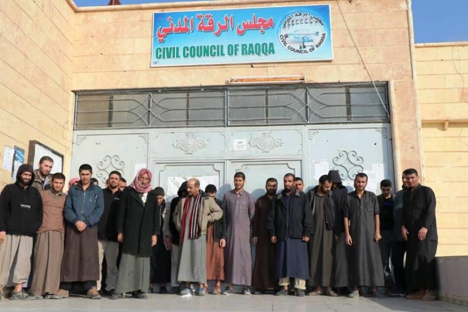 صورة الإفراج عن 26 موقوفا من تنظيم داعش بالرقة