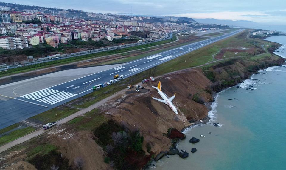 صورة تركيا: طائرة تنزلق قرب البحر الأسود