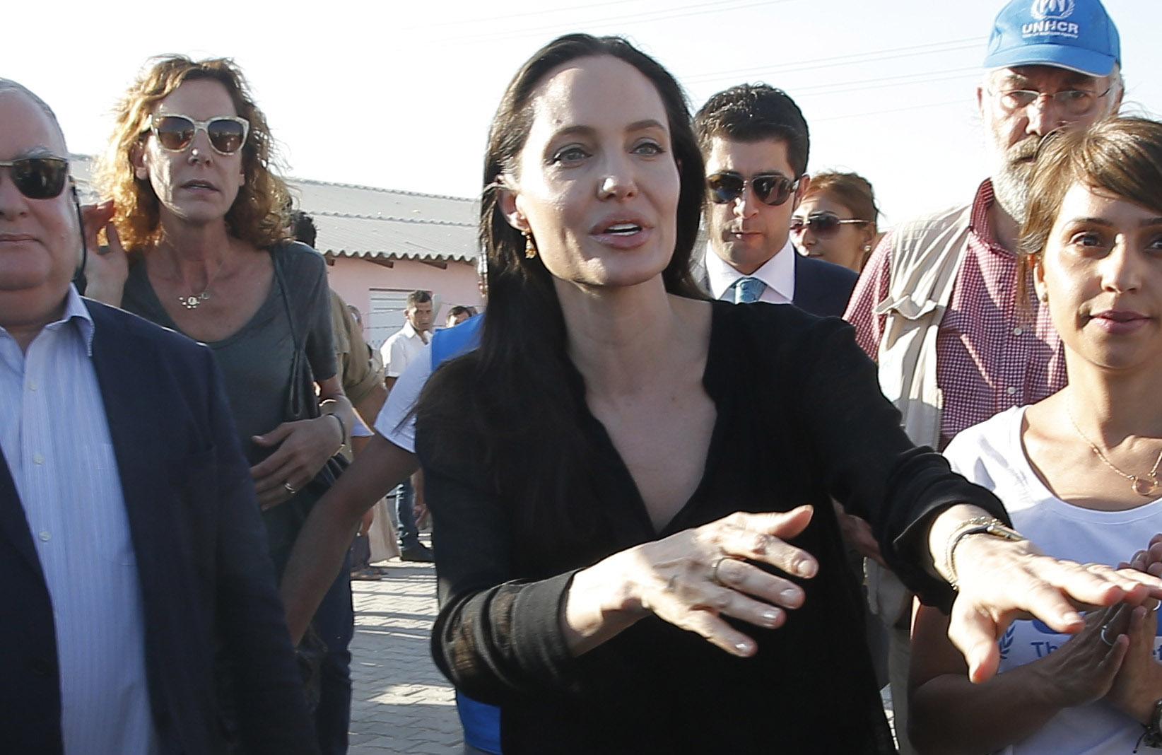 صورة أنجلينا جولي تطالب بالتحرك لإنهاء الحرب السورية