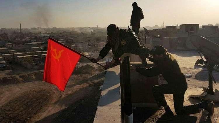 """صورة كتيبة تساند """"قسد"""" ترفع علم الاتحاد السوفيتي بالرقة"""