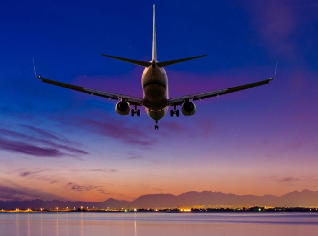 صورة طياران يتشاجران بقمرة القيادة..وتركا الطائرة بمفردها!