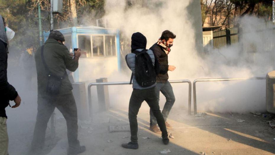 """صورة الحرس الثوري الإيراني يتوعد المحتجين بـ""""قبضة حديدية"""""""