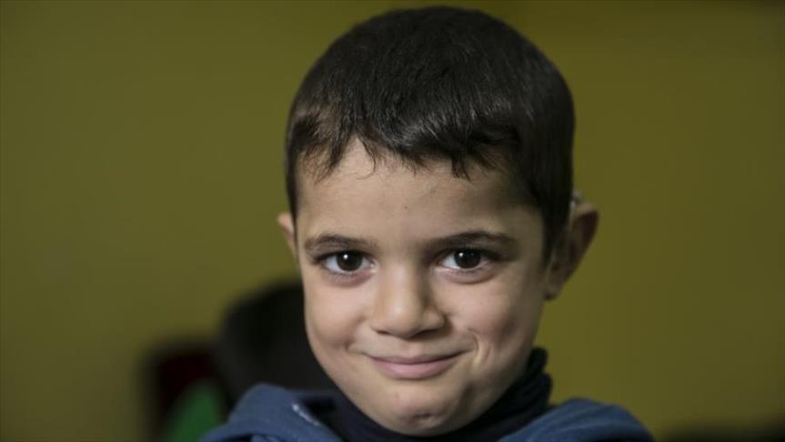 صورة طفل سوري أفقدته طائرات الأسد السمع فاستعاده بتركيا