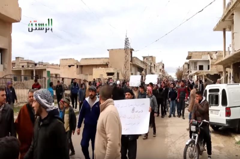 صورة مظاهرات ضد تحرير الشام في الرستن والأخيرة تخلي مواقعها