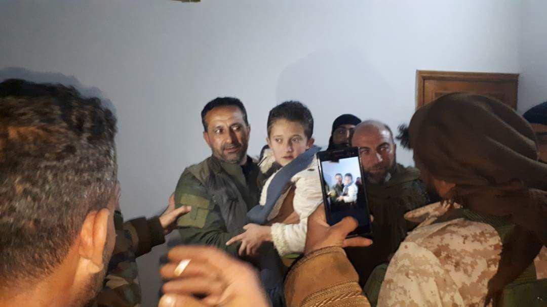 صورة الحر ينقذ طفل تعرض للتعذيب بدرعا..ويعتقل خاطفيه