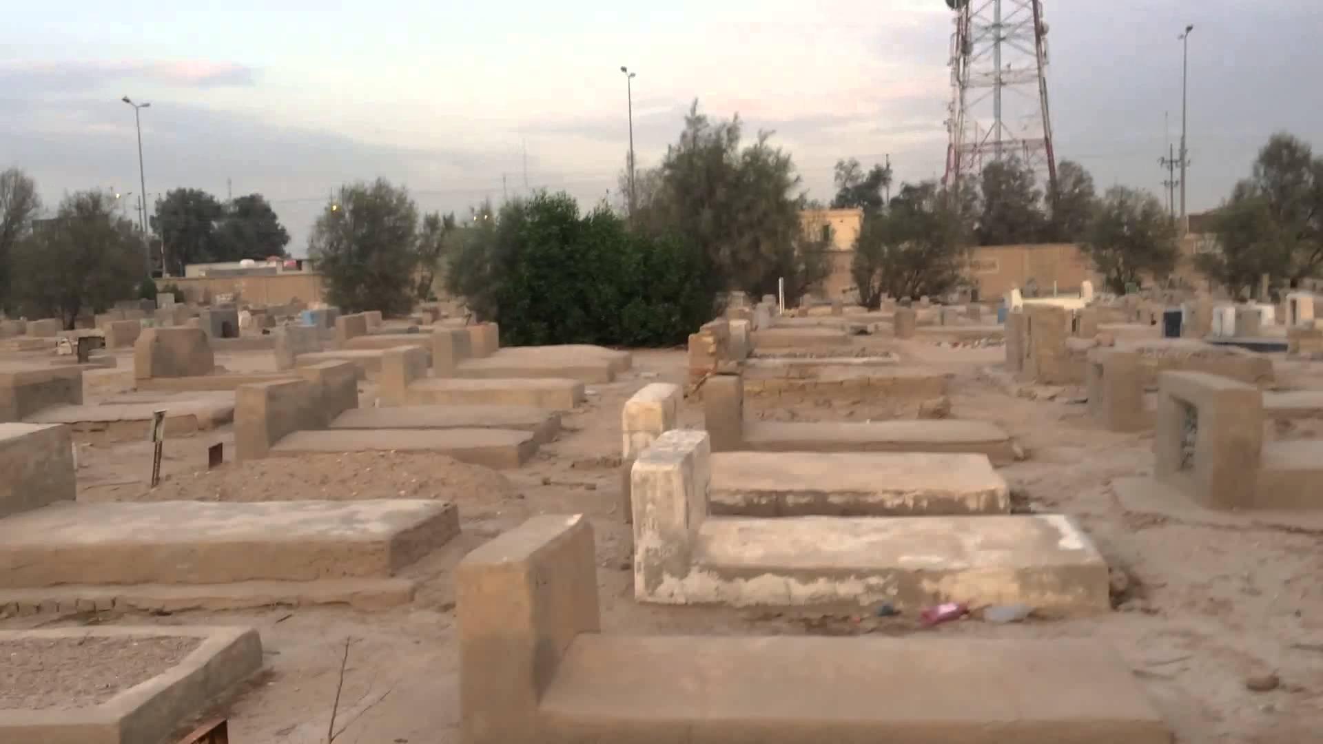 صورة قوات النظام تنبش مقابر مدينة دير الزور