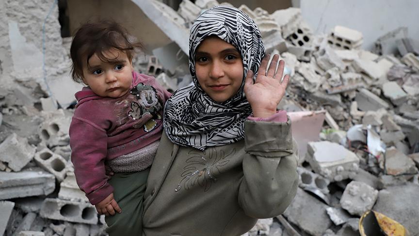 """صورة """"أنا عايش""""..صرخة أطفال الغوطة من وسط الركام (قصة إنسانية)"""