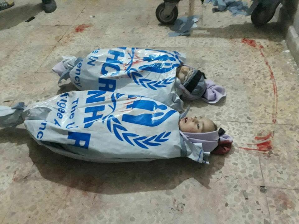 صورة طفلا الكفن الأممي ضحية هدنة الخمس ساعات الروسية