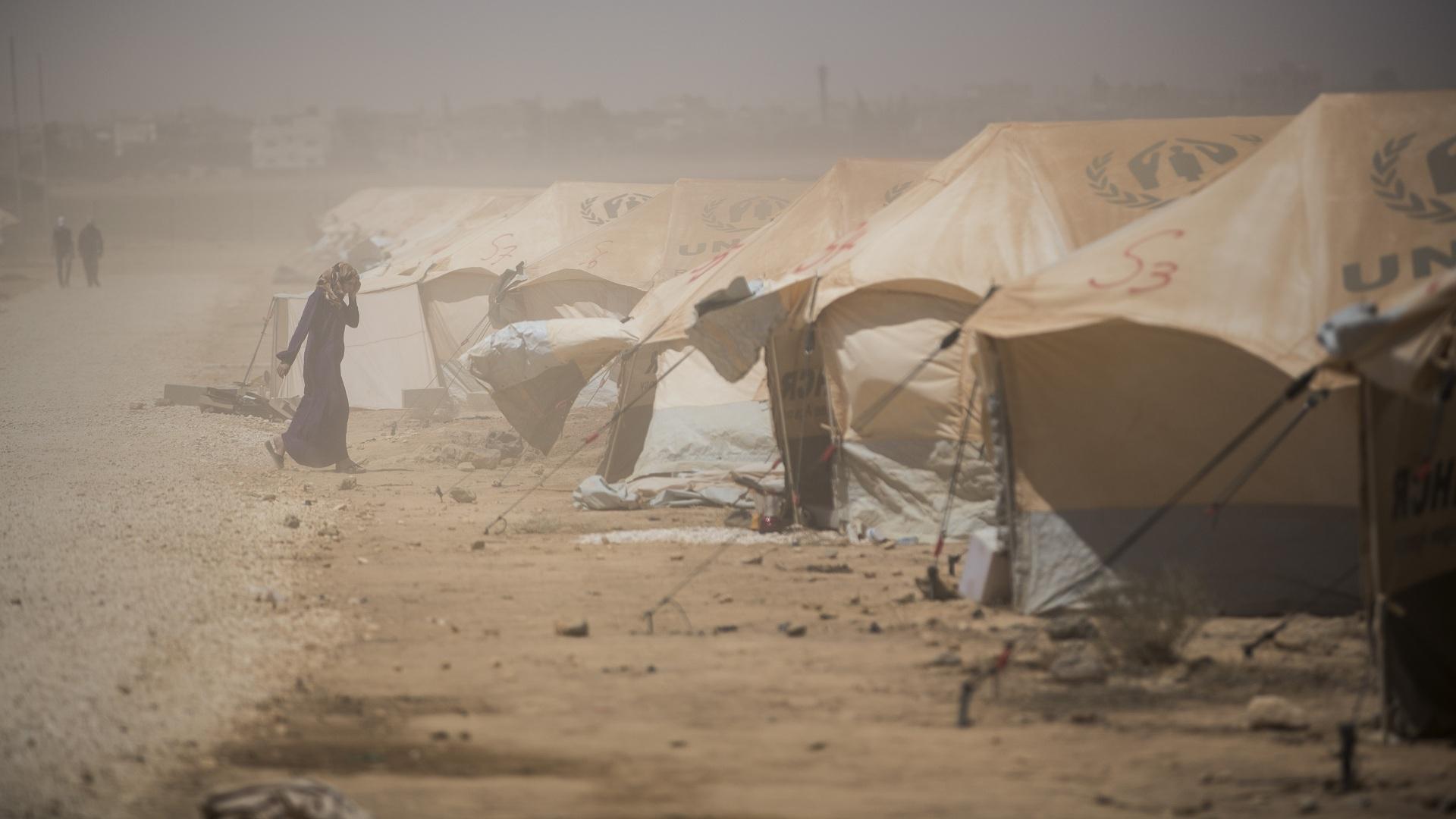 صورة مخيم الركبان..عواصف رميلة وحالات اختناق