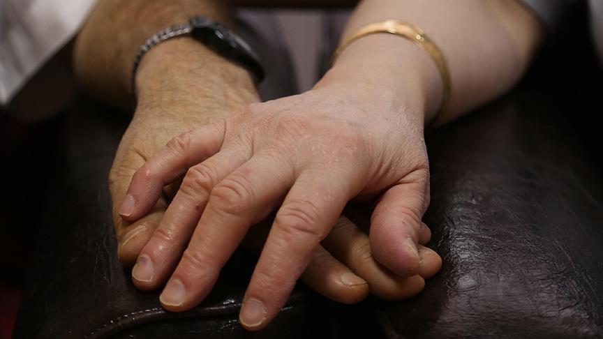 صورة تشابك الأيدي بين الأزواج يخفف الألم الجسدي..دراسة