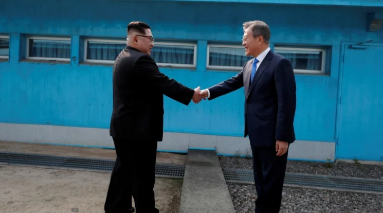 صورة لقاء تاريخي بين زعيمي الكوريتين