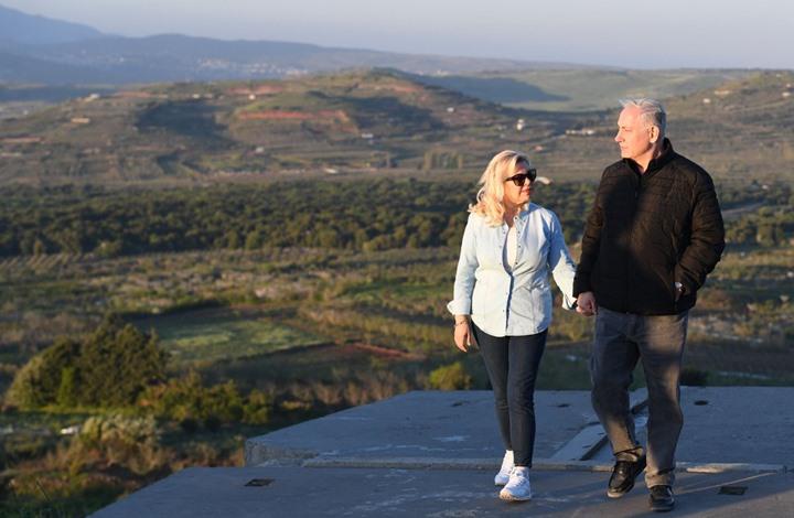 صورة نتنياهو يتجوّل في الجولان المحتل برفقة زوجته