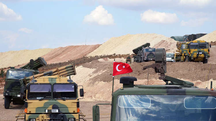 صورة مظاهرة أمام نقطة مراقبة تركية بإدلب تطالب بالإسراع بنشر باقي النقاط