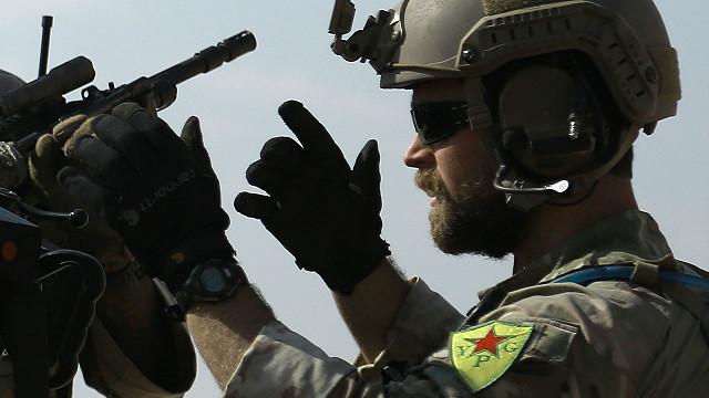 صورة قوات أمريكية وكردية تقطع طريقا حيويا بالرقة..السبب؟
