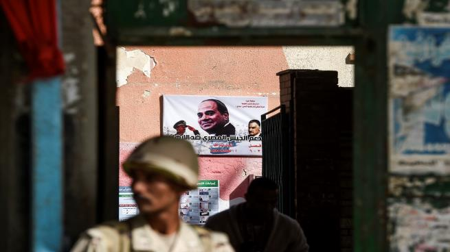 """صورة صحيفة: الجيش المصري سيكرر سيناريو """"مبارك"""" مع """"السيسي"""""""