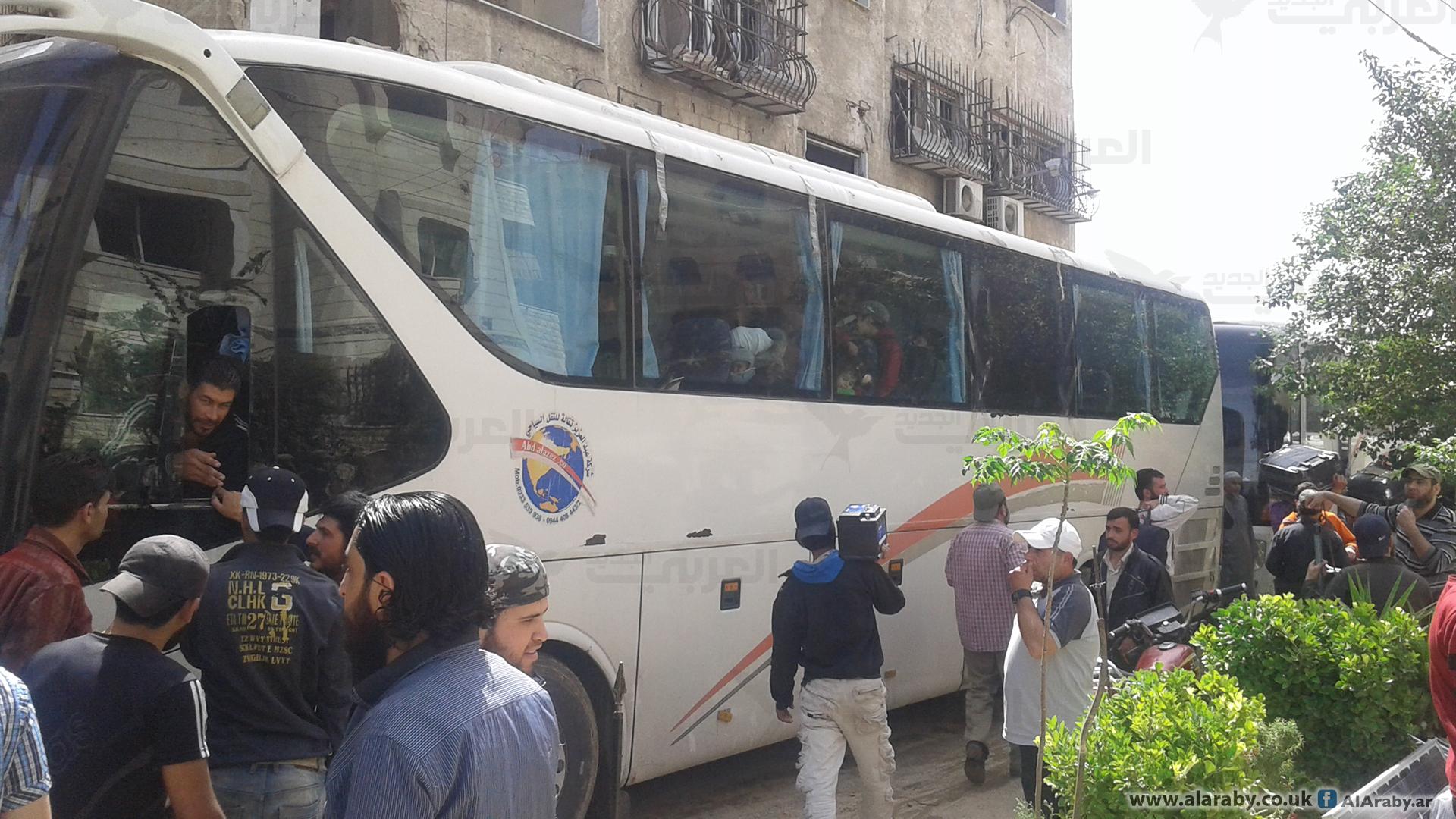 صورة قافلة من مخيم اليرموك تقصد إدلب دون تنسيق مسبق